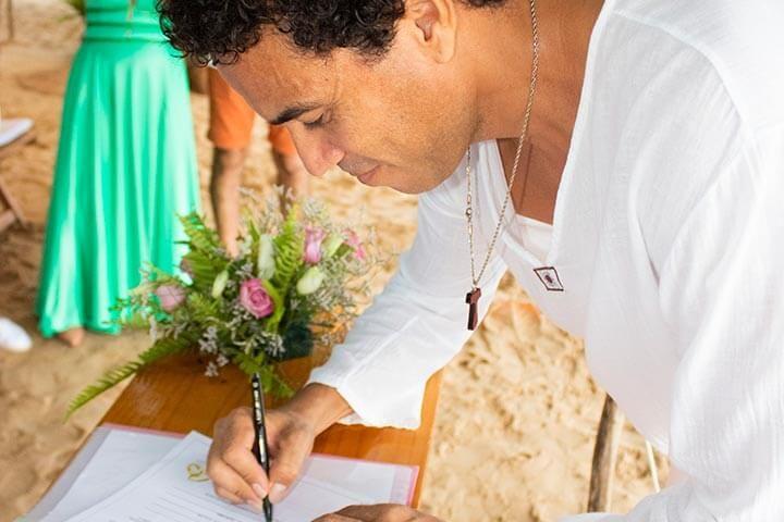 Celebrante assinando Termo Religioso em Casamento Religioso com Efeito Civil