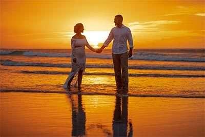 casal de noivos de mãos dadas na praia de Jericoacoara