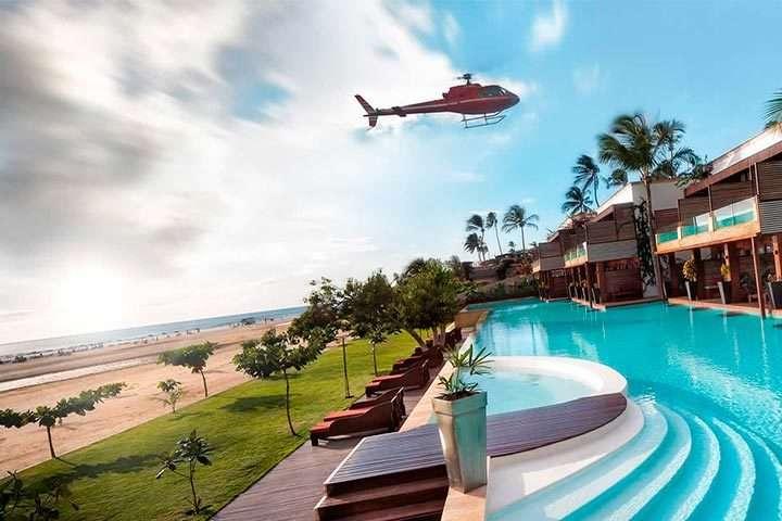 Helicóptero voando sobre hotel na praia de Jericoacoara