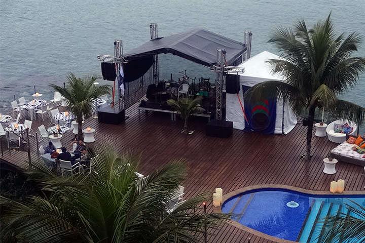 Tenda com palco para show de música ao vivo na beira da praia