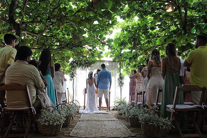 Casamento em restaurante em Jericoacoara com noivos e convidados