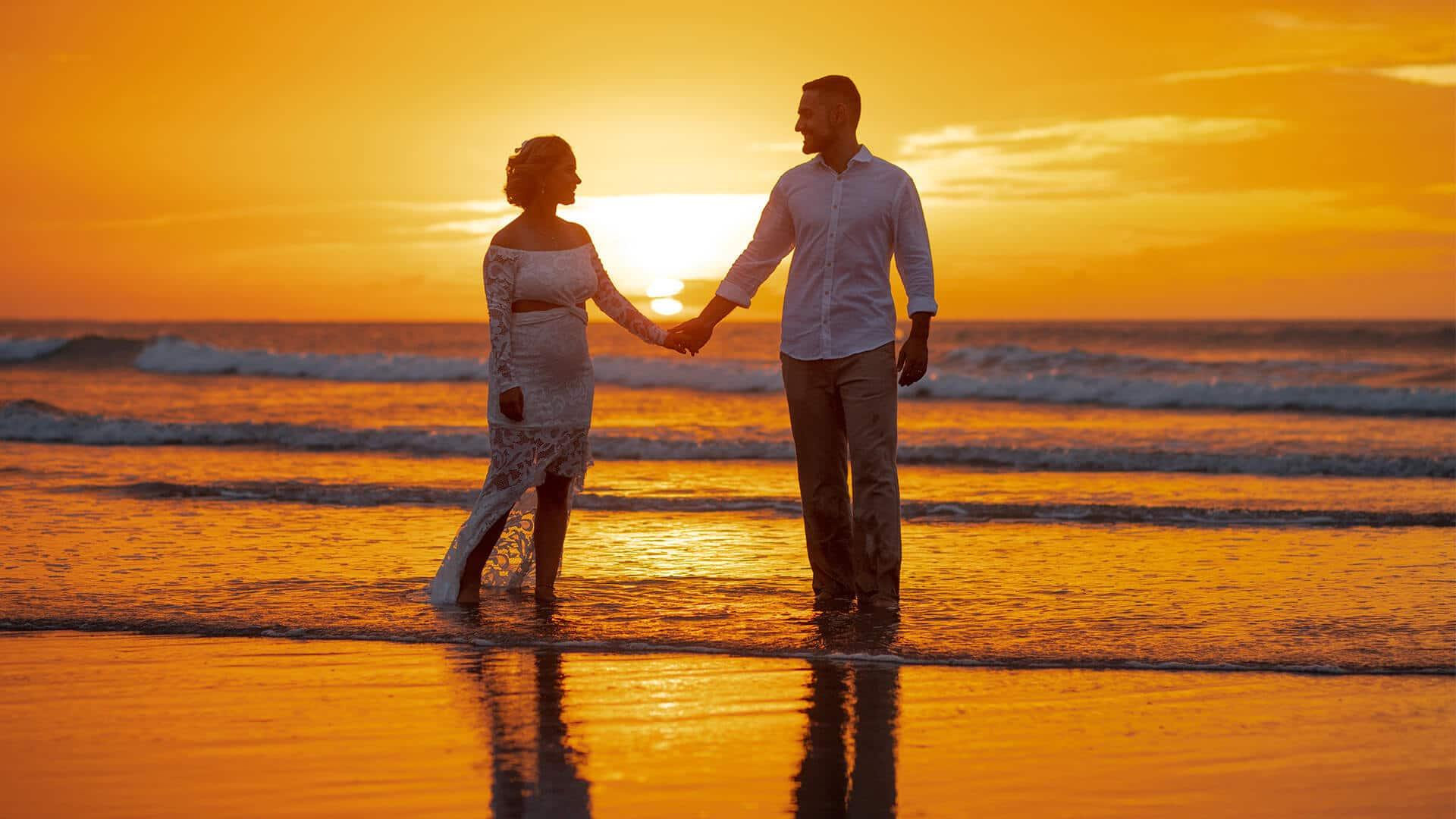 Casamento em Jericoacoara com noivos na praia, no pôr do sol