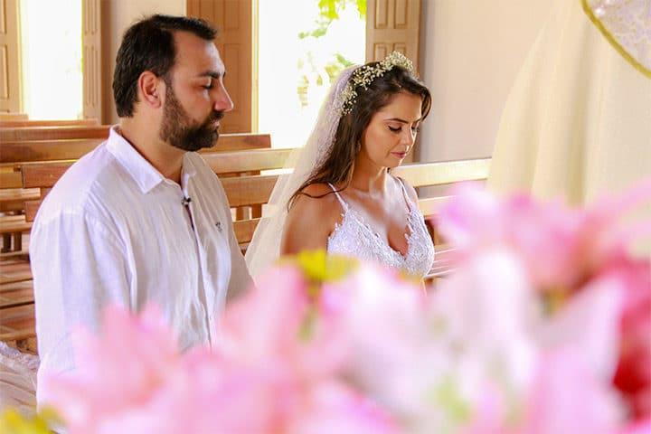 Casal de noivos ajoelhados na igreja de Jericoacoara