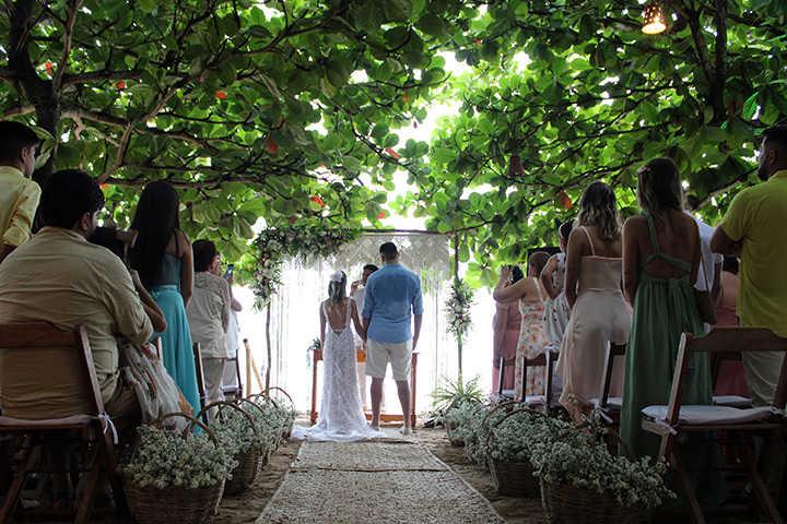Noivos e convidados em cerimônia de casamento em Jericoacoara