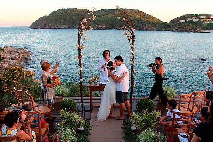 Casal de noivos se beijando em cerimônia de casamento em Búzios