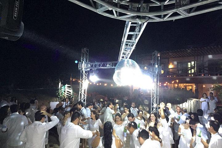 Festa de casamento em Jericoacoara com pessoas dançando