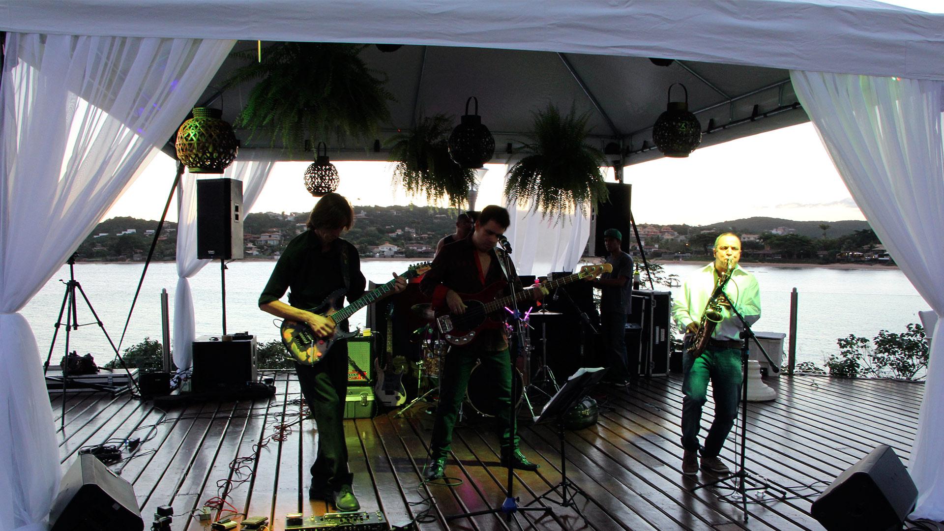 Música ao vivo em Búzios no Ferradura Private com banda de rock