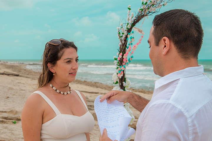 Namorado lendo carta e fazendo pedido de casamento em Jericoacoara