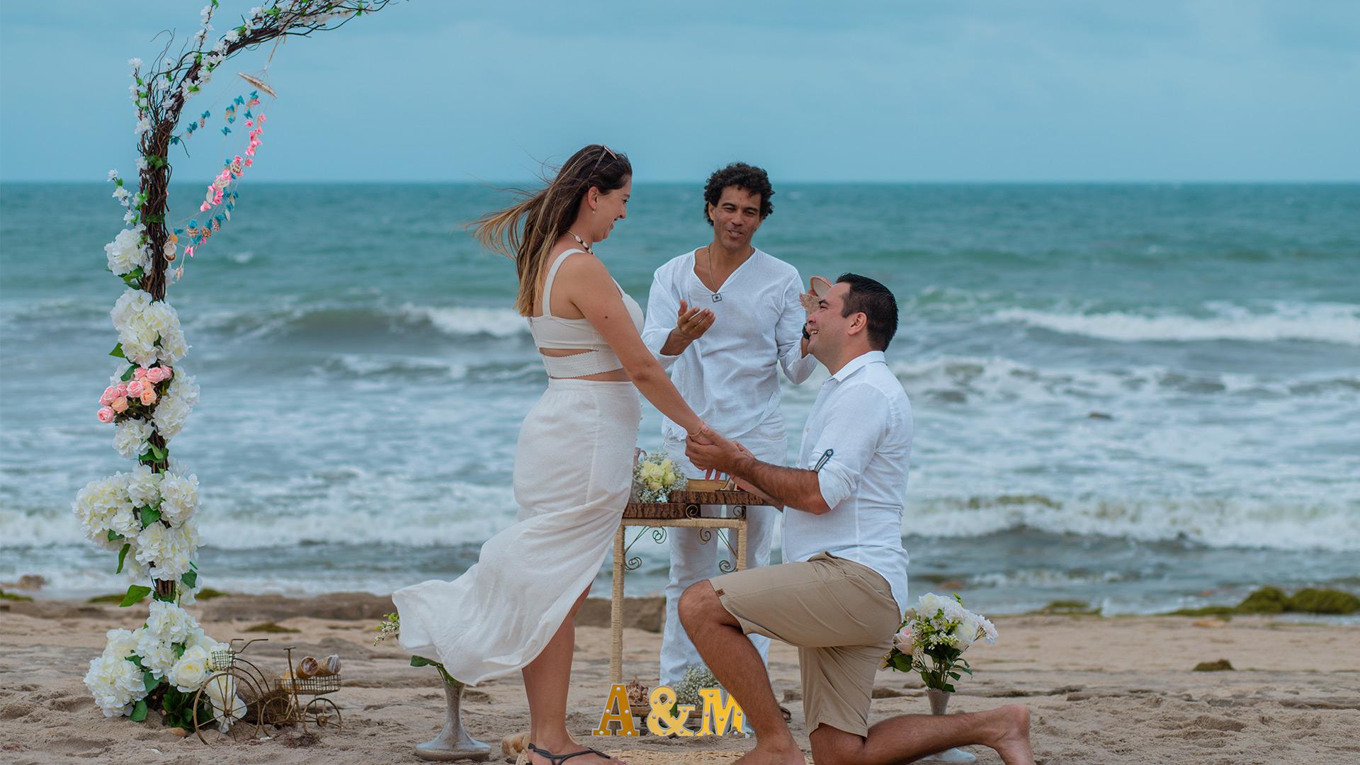 Pedido de Casamento em Jericoacoara com namorado ajoelhado segurando a mão da namorada