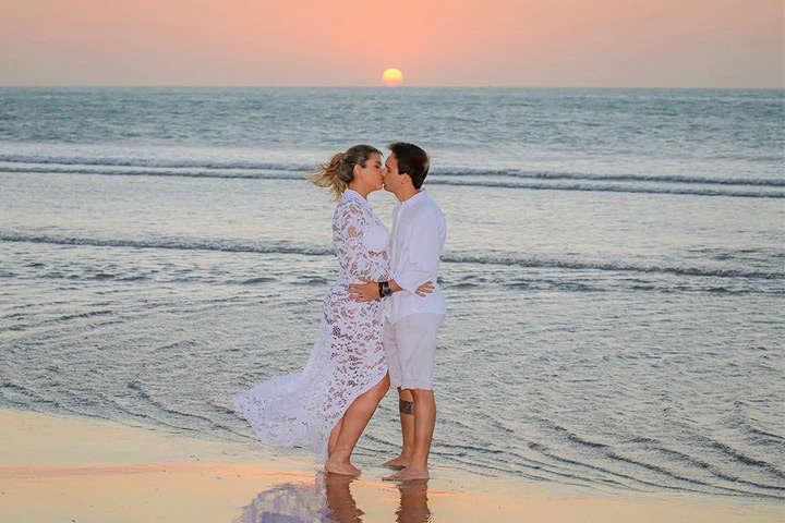 Casal de namorados se beijando na praia de Jericoacoara