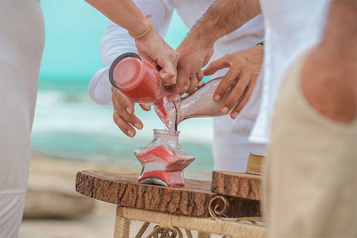 Casal de noivos realizando a Cerimônia das Areias em Jericoacoara