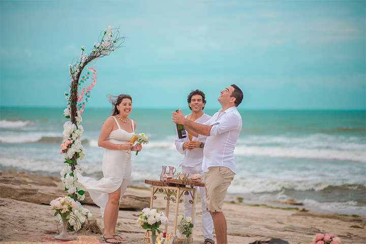 Casal de noivos brindando na praia de Jericoacoara