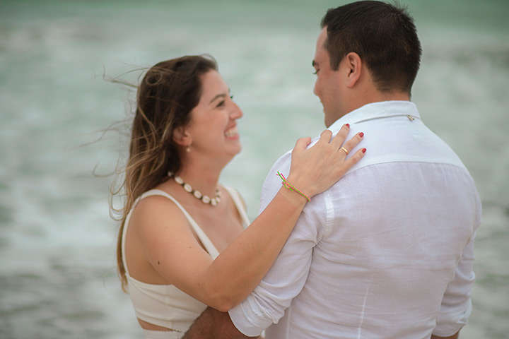 Namorada abraçando namorado na praia de Jericoacoara