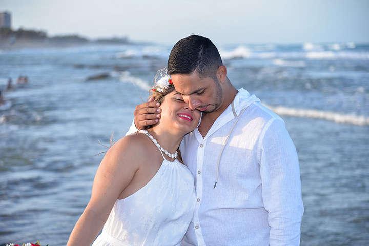 Close de rosto de casal na praia