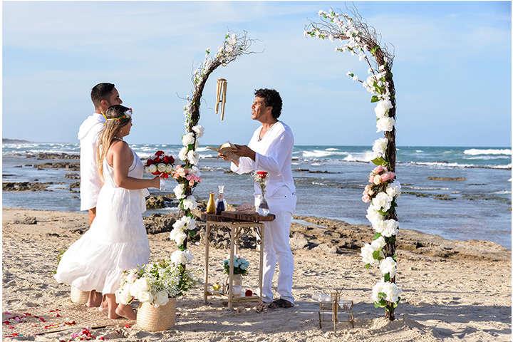 Casal de noivos e celebrante realizando Renovação de Votos em Jericoacoara
