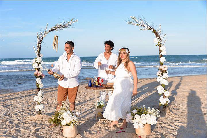 Marido estourando champanhe com sua esposa comemorando Bodas de Cristal em Jericoacoara