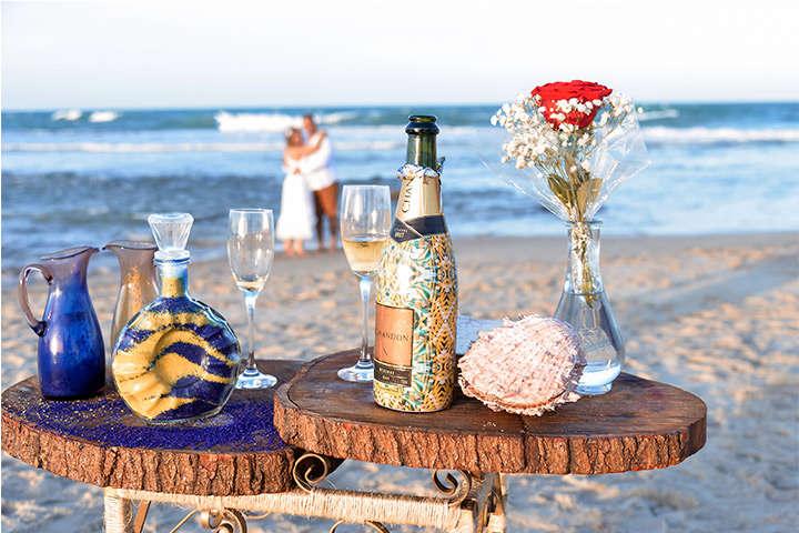 Altar de casamento com garrafa de champanhe, taças e flores