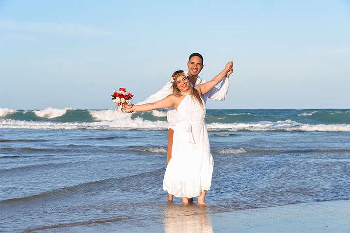 Casal abraçado na beira do mar