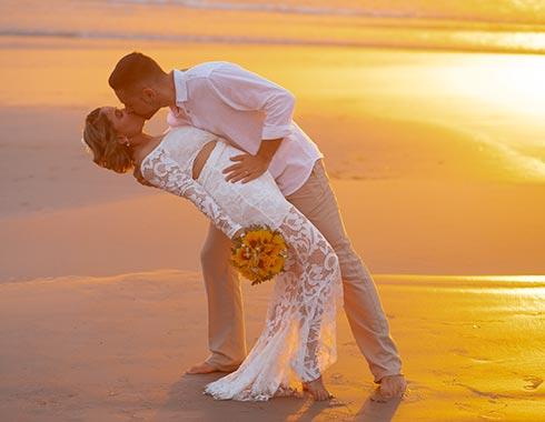 Noivo beijando a noiva no pôr do sol em Jericoacoara