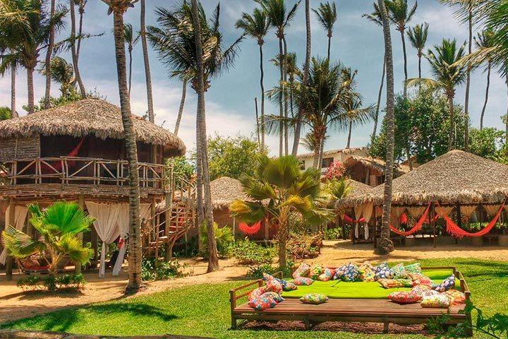 Área externa com jardim e árvores no Vila Kalango