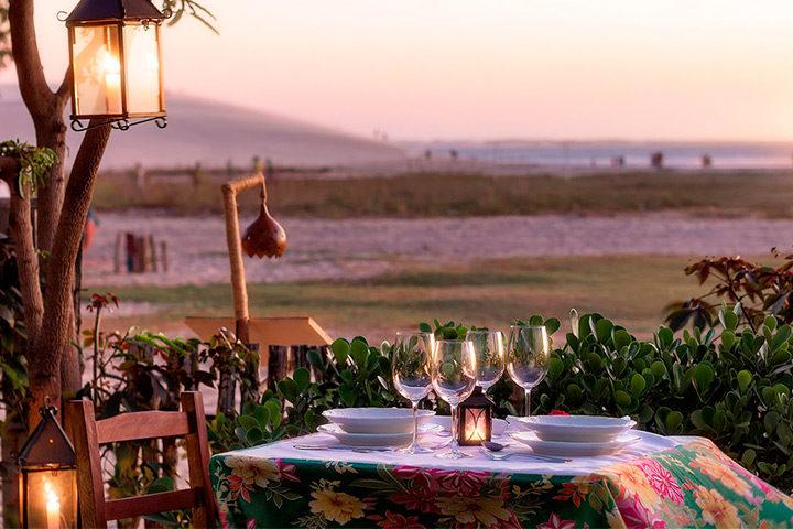 Mesa de jantar no jardim de frente para a praia de Jericoacoara