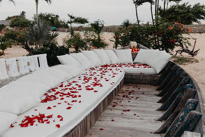Barco decorado com pétalas de rosas