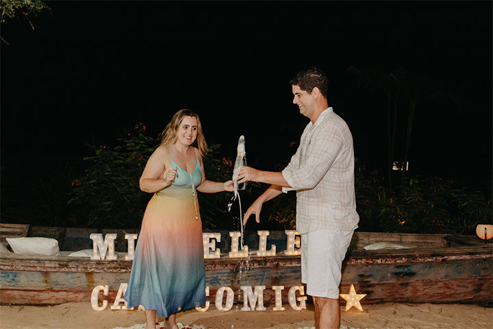 Casal brindando com champanhe