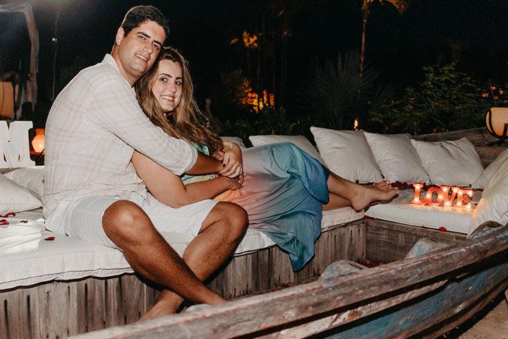 Casal em canoa, se abraçando
