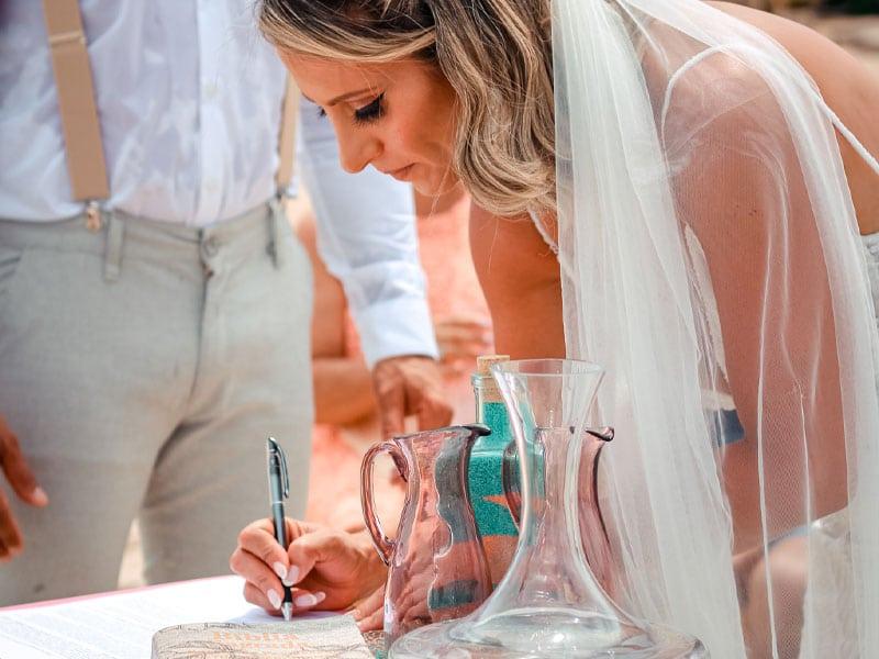 Noiva assinando documento de casamento civil