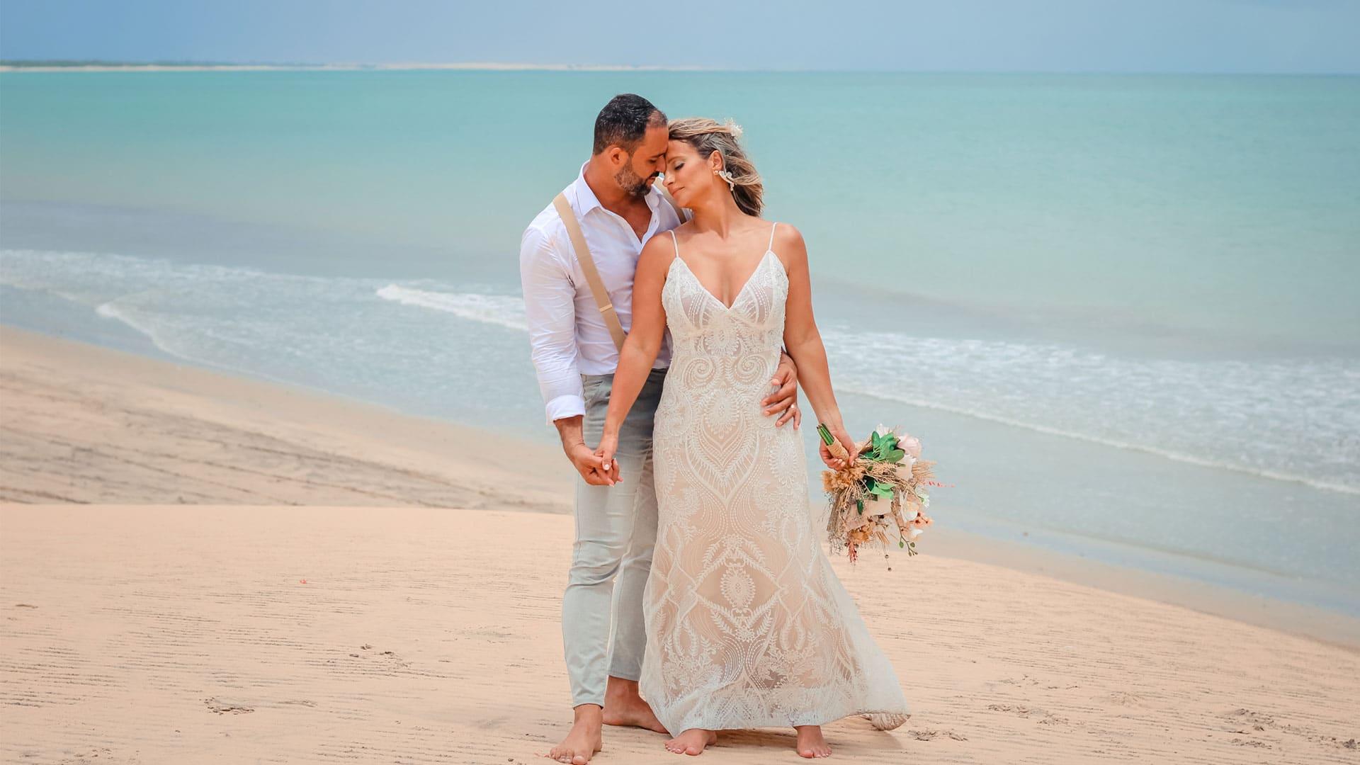 Casamentos em Jericoacoara com casal abraçado na duna do Pôr do Sol