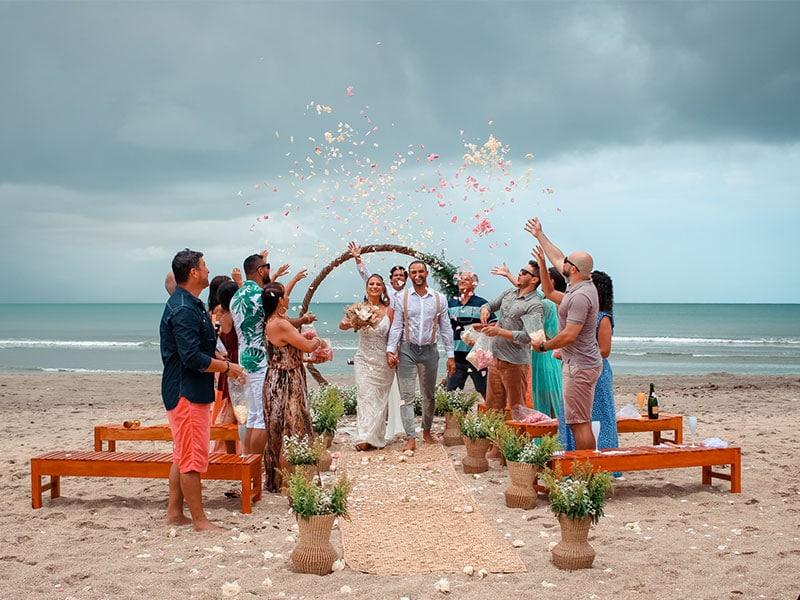 Destination Wedding Jericoacoara com casal de noivos e amigos