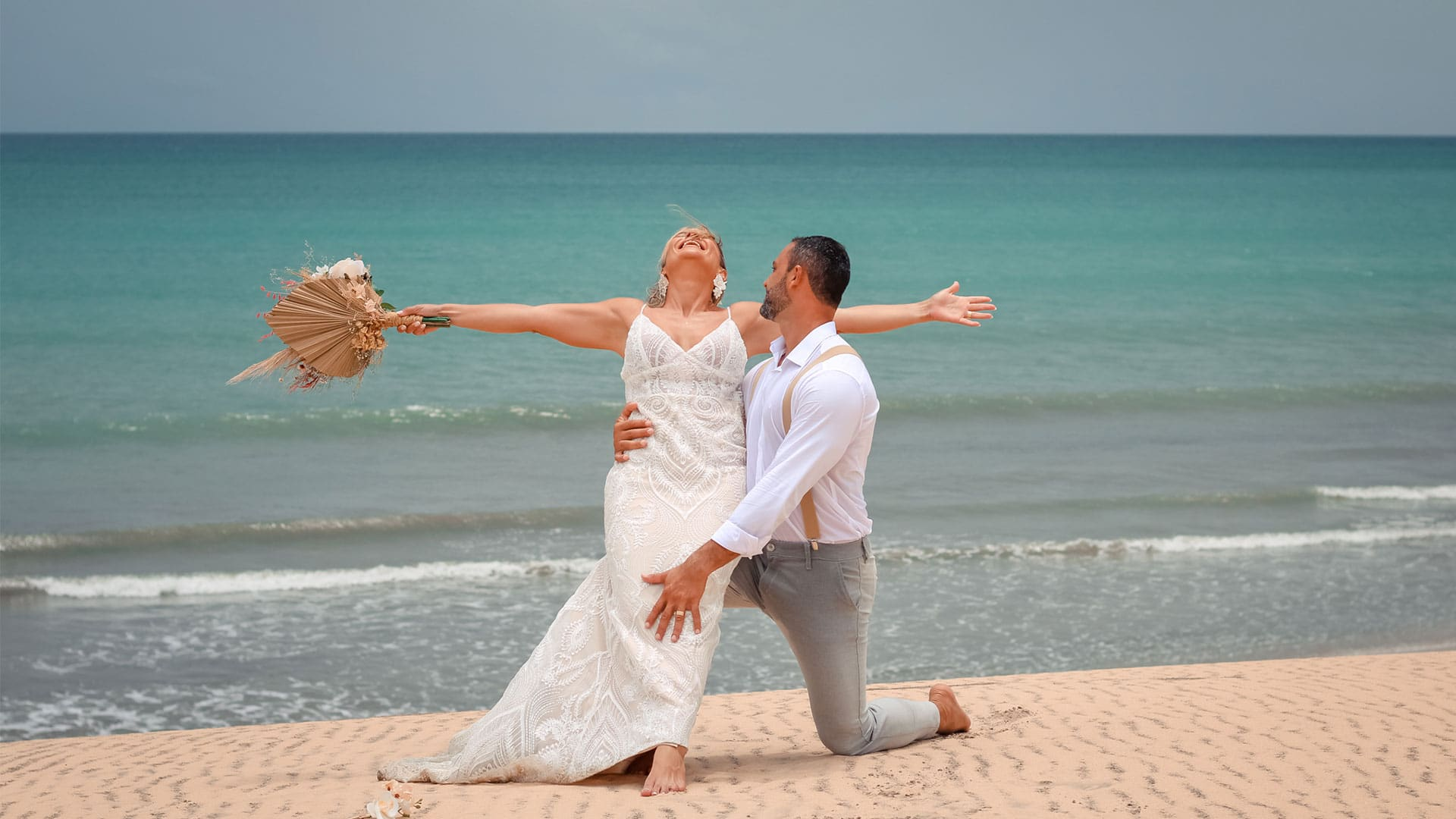 Elopement Wedding Jericoacoara com casal de noivos na duna