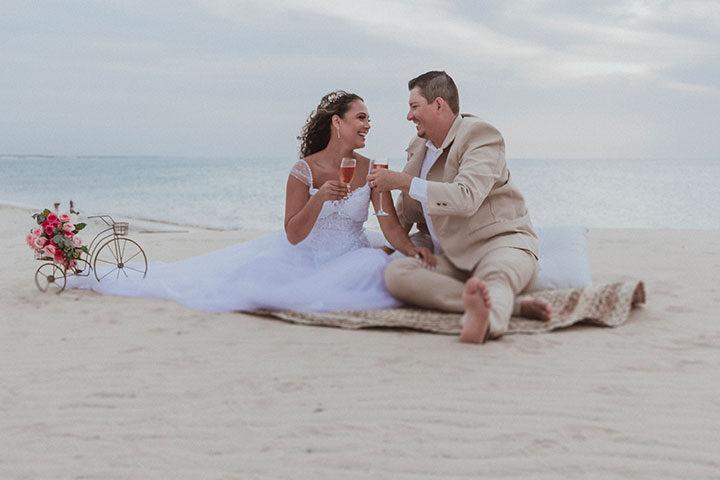 Casal de noivos brindando na Duna do Pôr do Sol