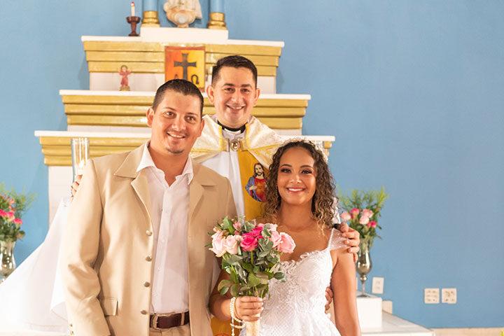 Padre e noivos na igreja de Jericoacoara