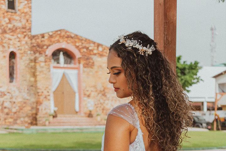 Noiva em frente a igreja católica de Jericoacoara