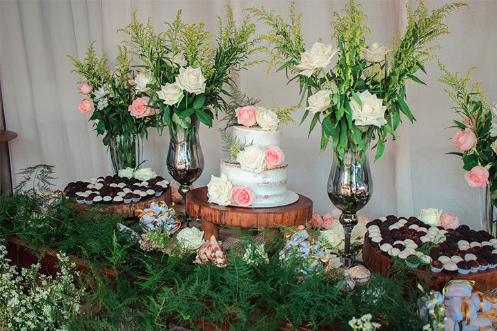 Mesa de bolo e doces de casamento
