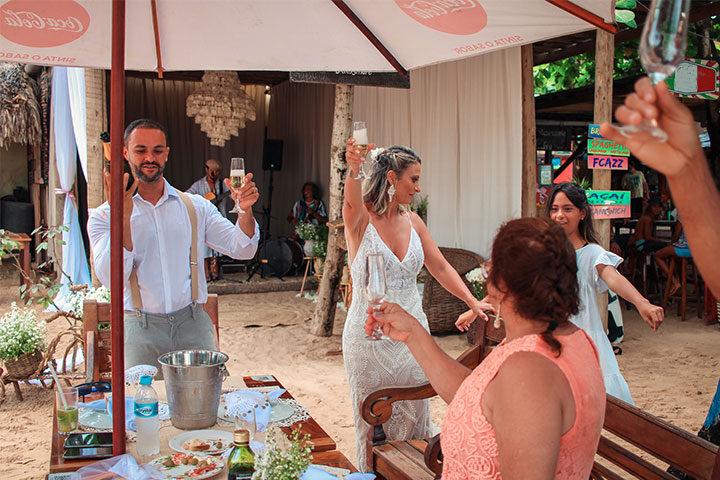 Casal de noivos brindando casamento em Jericoacoara