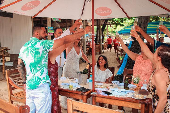 Pessoas brindando casamento em Jeri