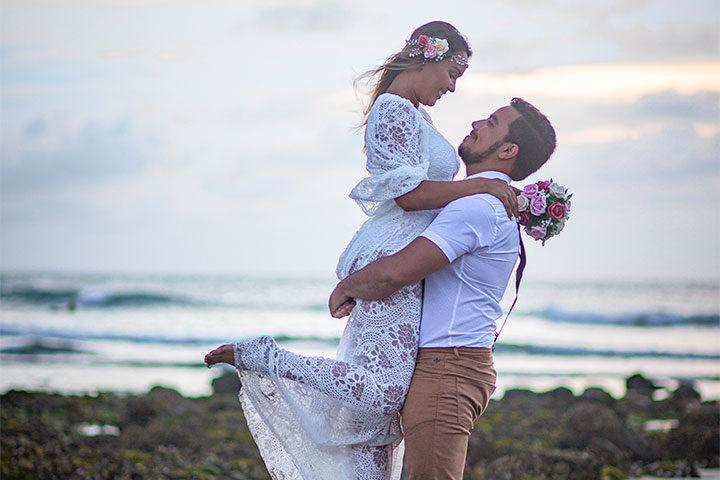 Noivo segurando noiva no colo na praia de Jericoacoara