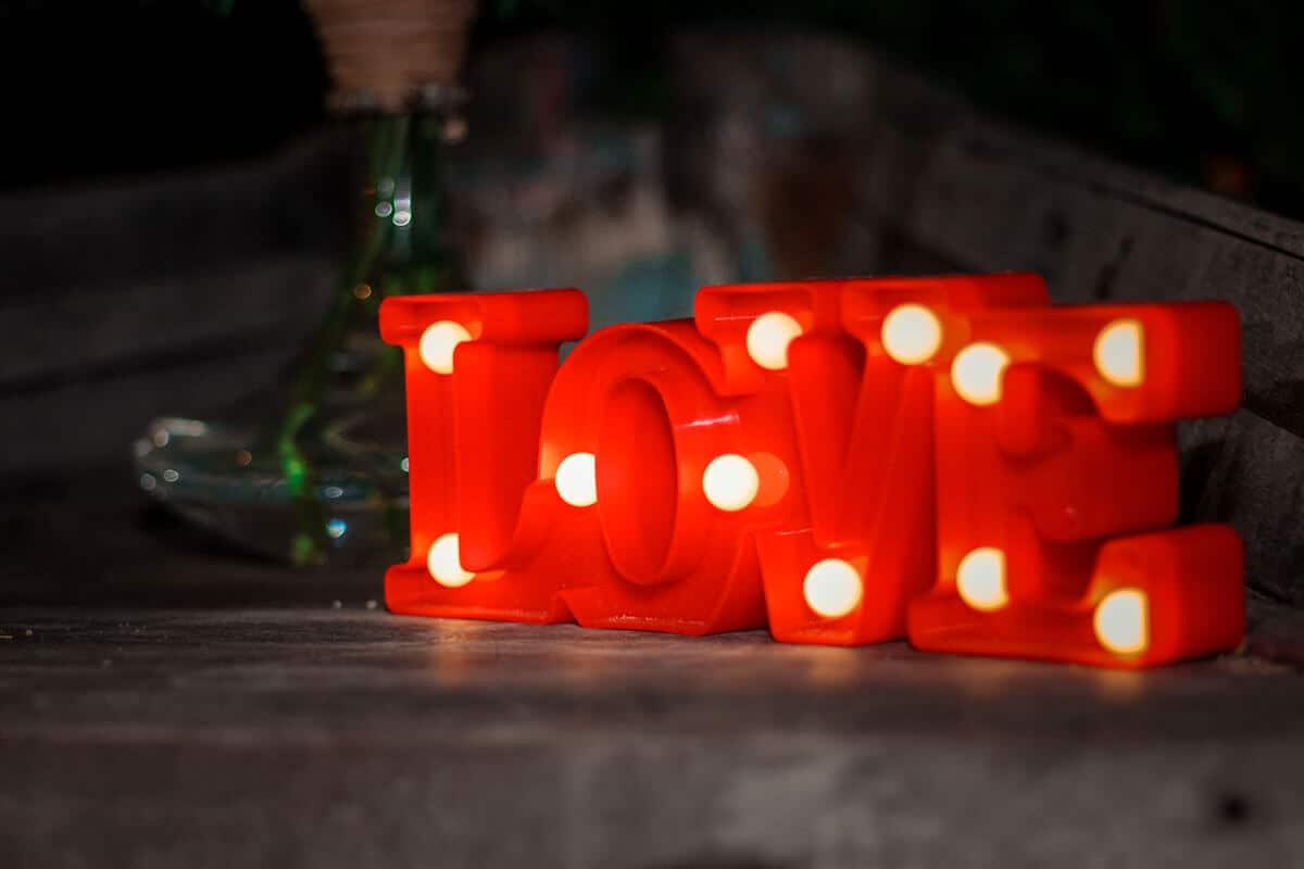 Letreiro luminoso escrito love