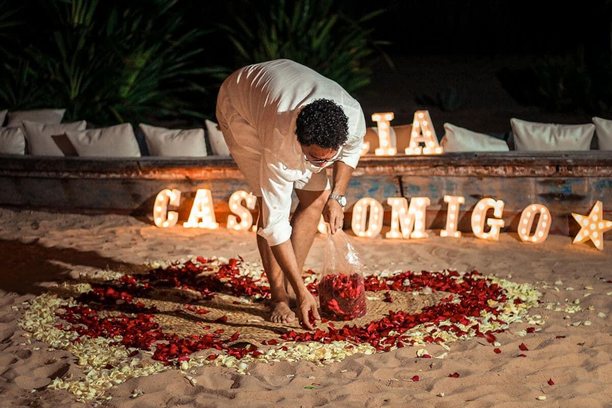 Homem realizando decoração em pedido de casamento