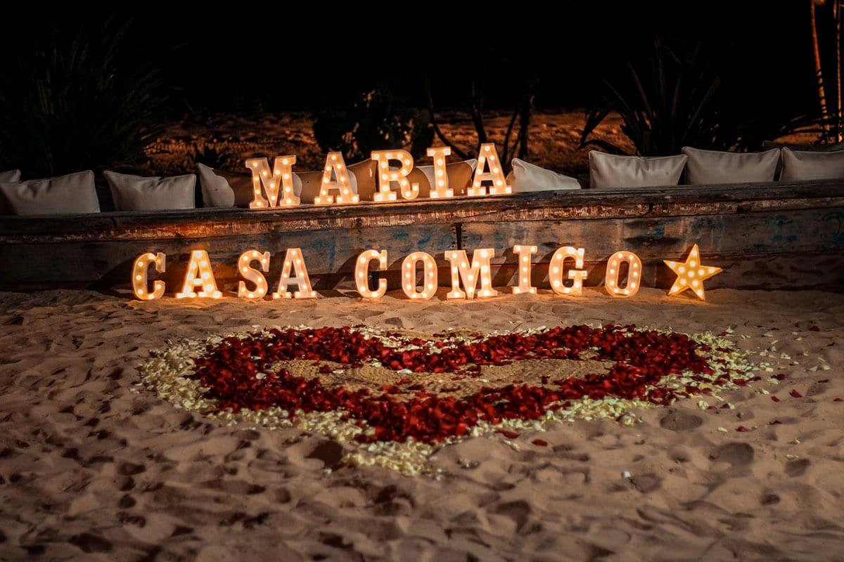 Letreiro luminoso escrito Maria casa comigo