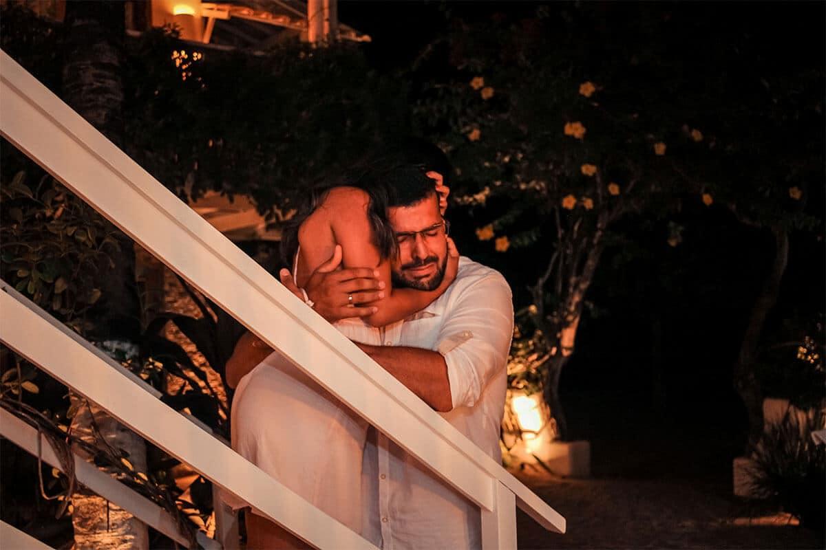 Homem abraçando mulher
