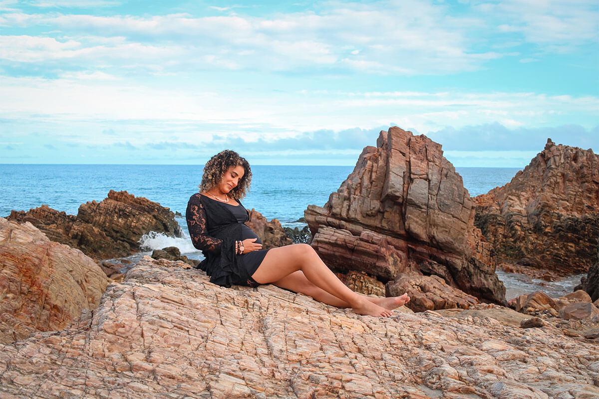 Mulher grávida realizando ensaio fotográfico em Jeri
