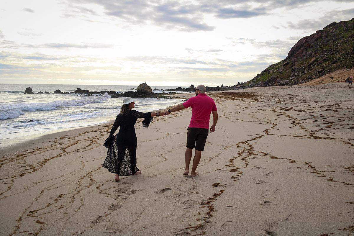 Casal de mãos dadas na praia