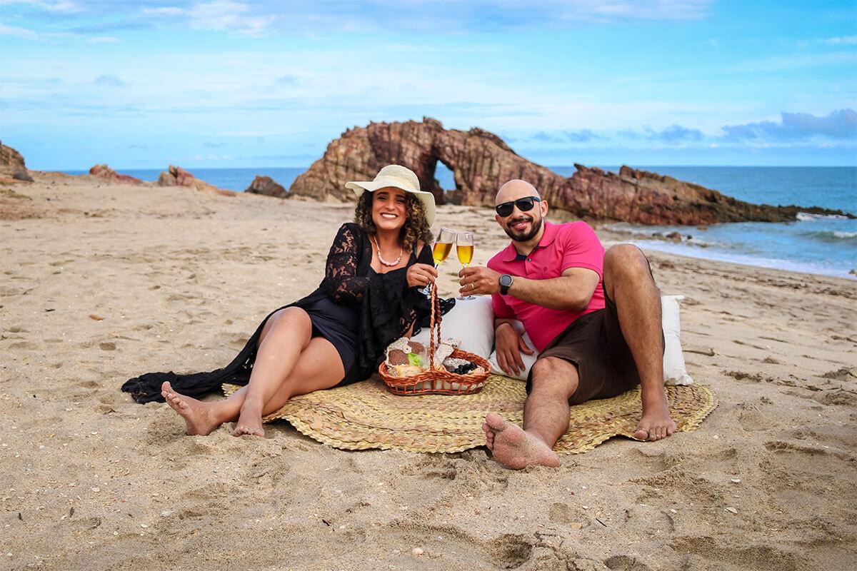 Casal brindando na praia de Jericoacoara