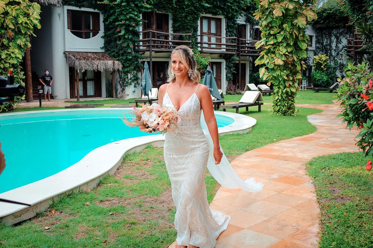 Noiva caminhando para a cerimônia de casamento