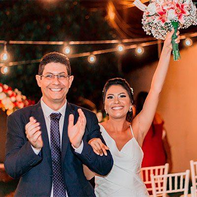 Noivo e noiva sorrindo no final da cerimônia