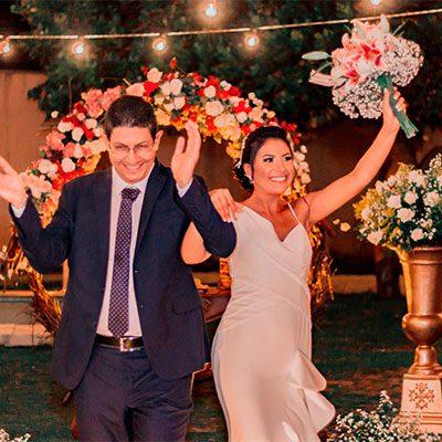 Noivo e noiva no encerramento da cerimônia