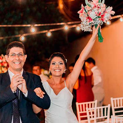 Close de rosto de noiva e noivo